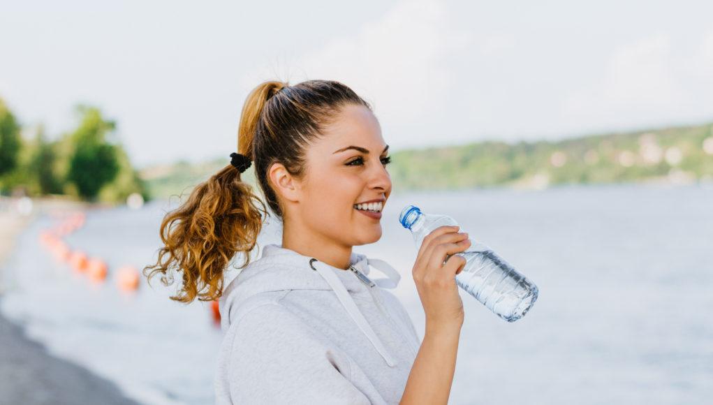 Kobieta z butelką wody