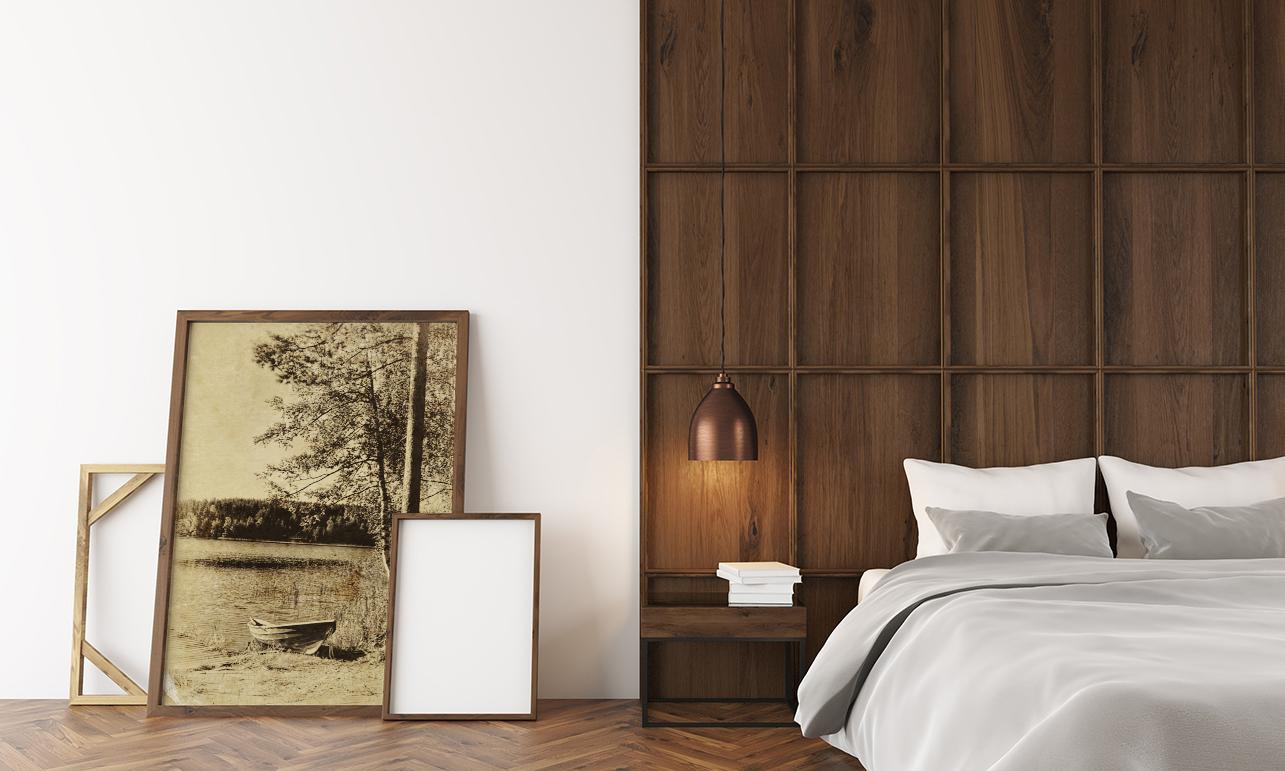 Plakaty do sypialni oparte o ścianę