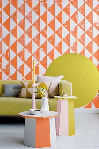 Salon z wyrazistym wzorem na ścianie