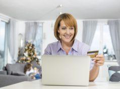 Kobieta z kartą przed komputerem