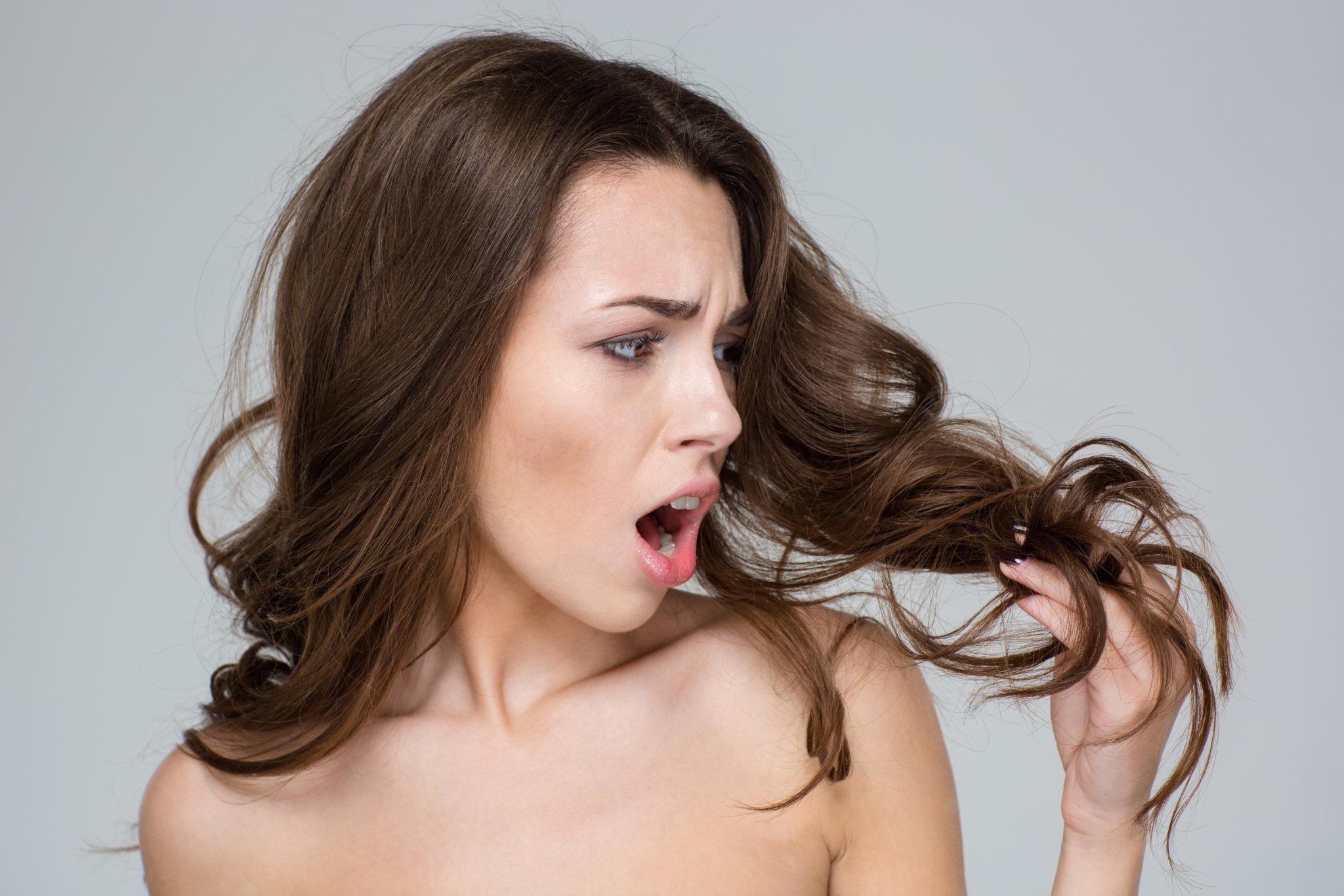 Kobieta trzyma włosy