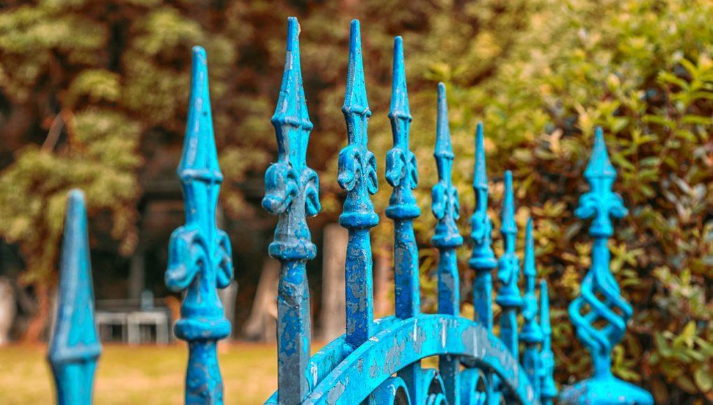 Niebieski metalowy płot