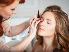 Kobieta podczas makijażu