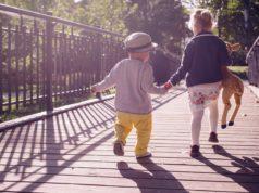 Dzieci na mostku w parku