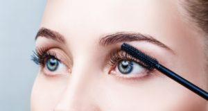 Kobieta podczas makijażu oczu