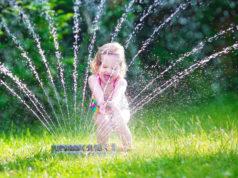 Dziecko i zraszacz ogrodowy