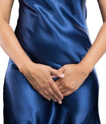 Kobieta zasłania miejsca intymne