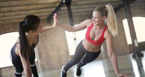 Dwie kobiety podczas zajęć fitness