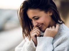 Kobieta ubrana w ciepły sweter