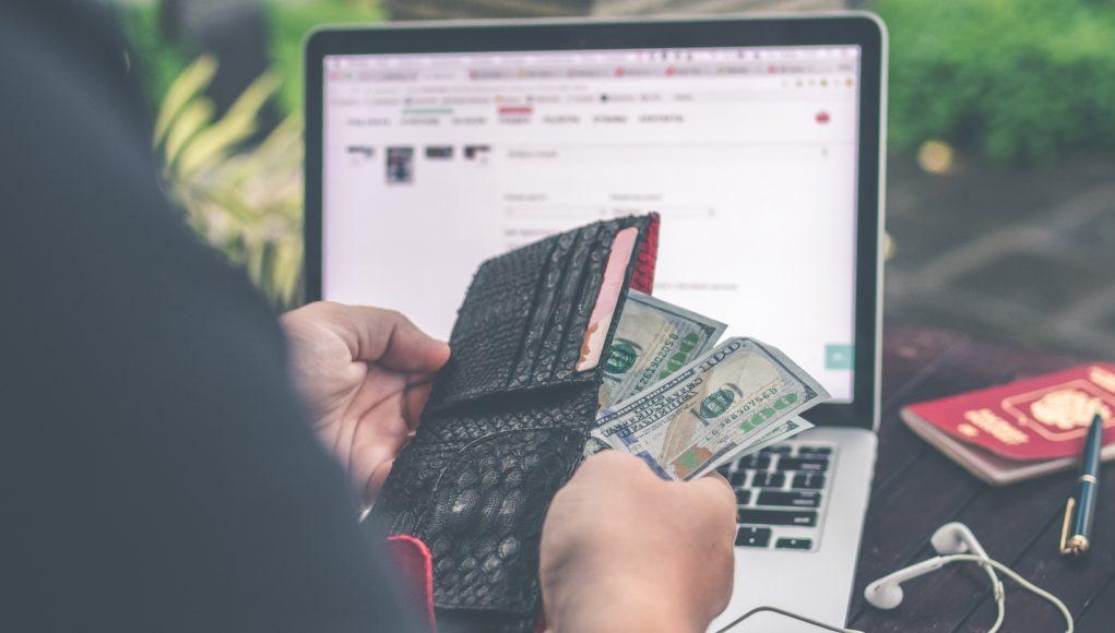 Mężczyzna przed laptopem ogląda walutę