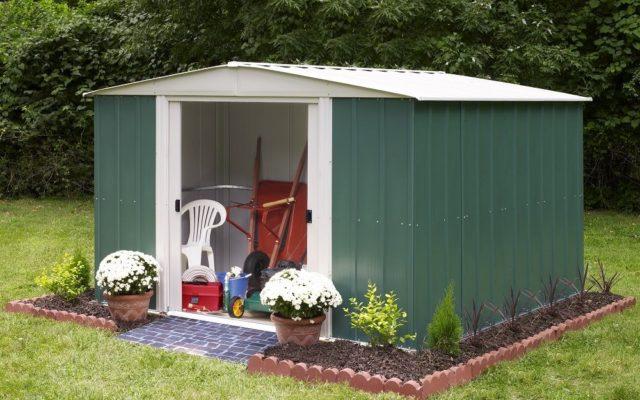 Zielony stalowy domek na narzędzia