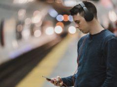 Chłopak ze smartfonem w metrze