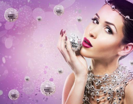 Kobieta w imprezowym nastroju z pomalowanymi paznokciami