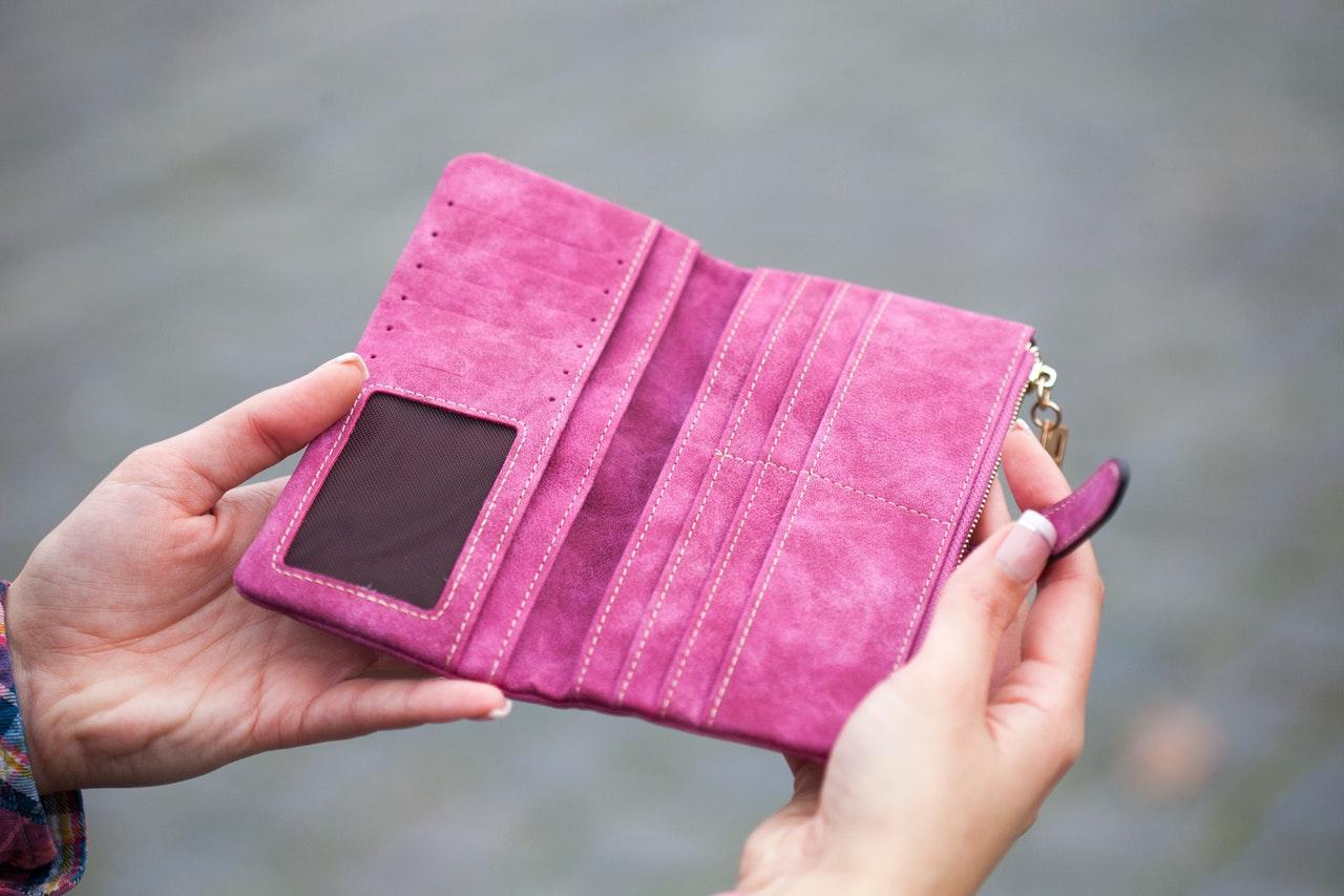 3eef6b3ad0c09 Elegancki portfel damski na prezent – czym się kierować przy zakupie ...
