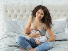Kobieta karmi piersią