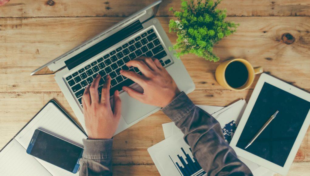 Mężczyzna układa grafik pracy online