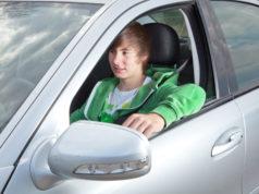 Młody kierowca w srebrnym samochodzie