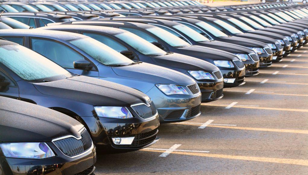 Parking pełen samochodów