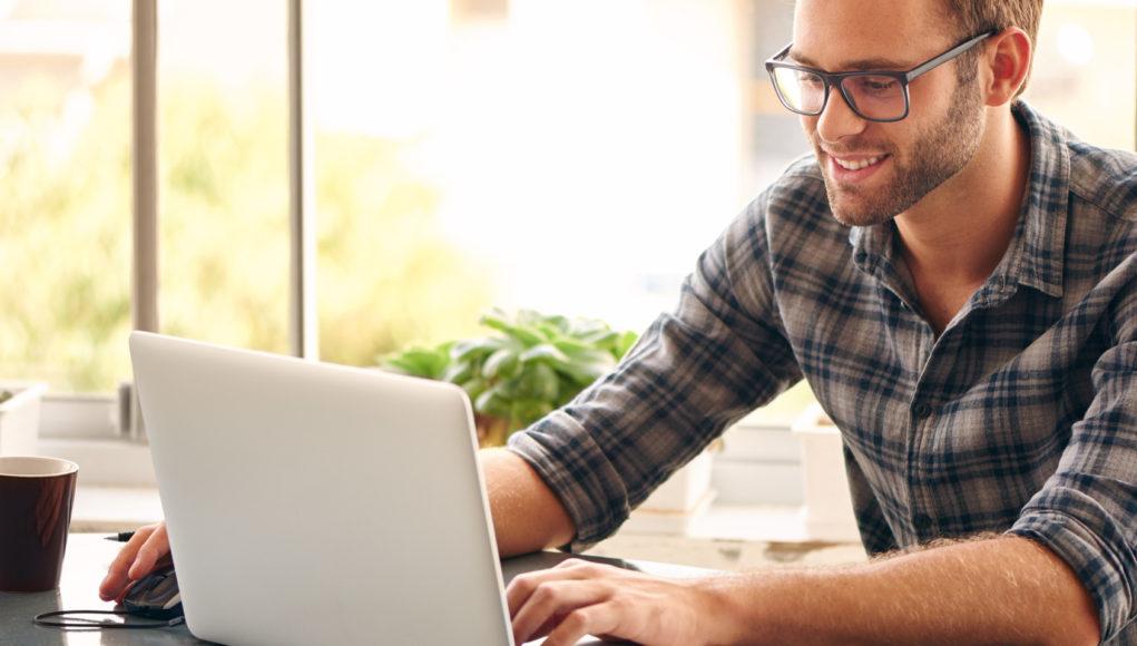 Młody mężczyzna korzysta z pożyczki online