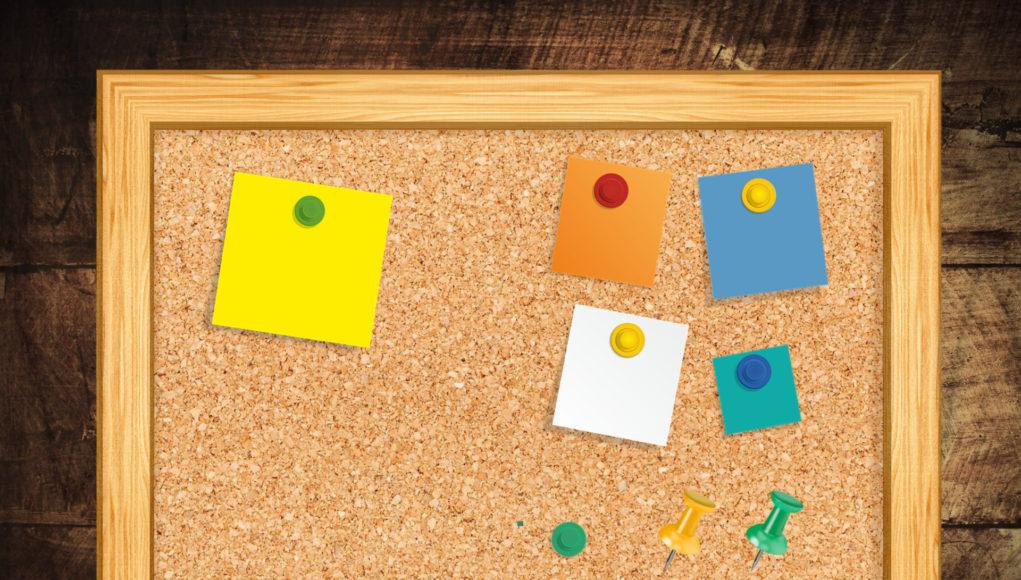 Tablica korkowa z pinami i karteczkami