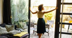 Kobieta w domu z tarasem