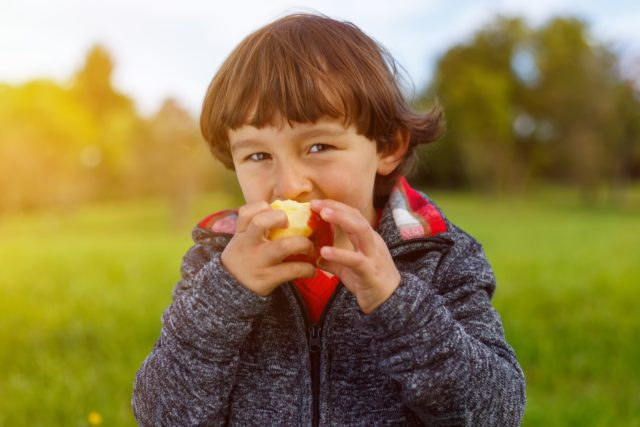 Chłopiec je jabłko