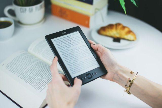 Kobieta czyta książkę i ebooka