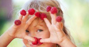 Dziewczynka z owocami na palcach