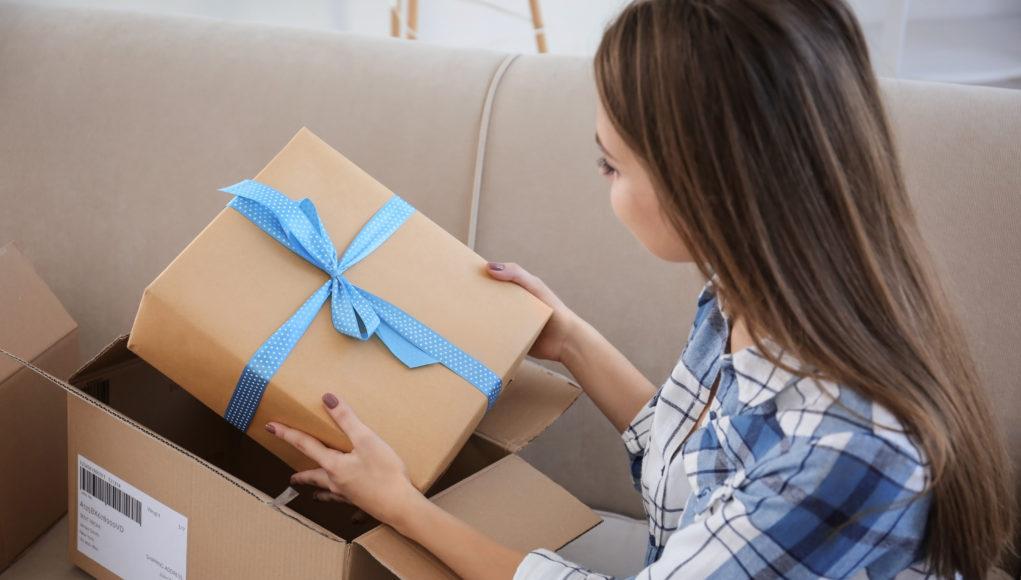 Dziewczynka rozpakowuje paczkę