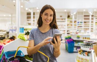 Młoda kobieta robi zakupy