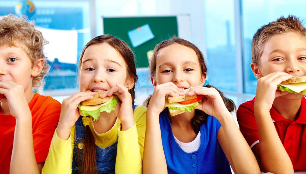 Dzieci jedzą zdrowe kanapki