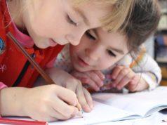 Dzieci podczas ćwiczeń logopedycznych