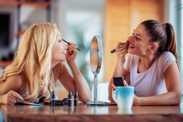 Kobiety podczas robienia makijażu