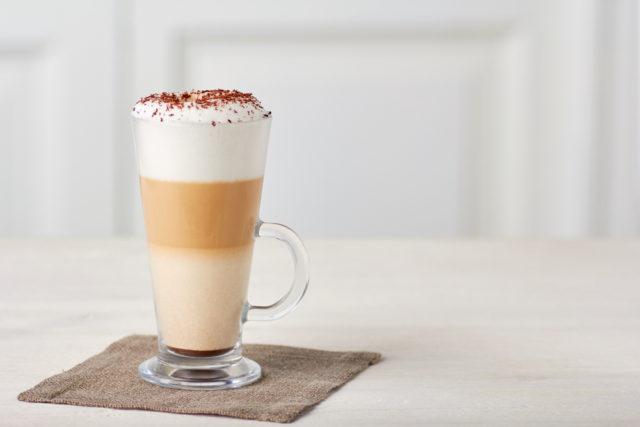 Trójwarstwowa kawa z mlekiem