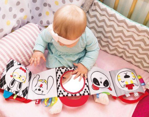 Dziecko ogląda książeczki kontrastowe