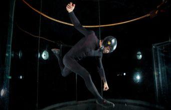 Mężczyzna w tunelu aerodynamicznym