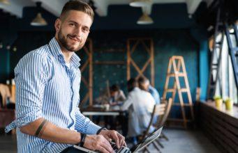 Młody przedsiębiorca przy laptopie