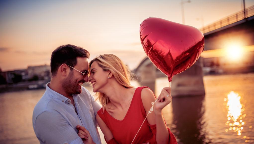 Dwoje ludzi na romantycznej radce z balonem w kształcie serca