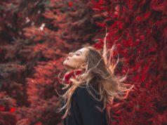 Kobieta na jesiennym tle