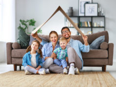Rodzina w wyobrażonym mieszkaniu