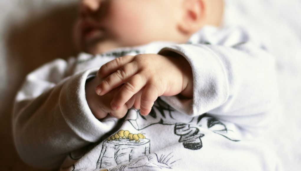 Buzia i rączki niemowlęcia