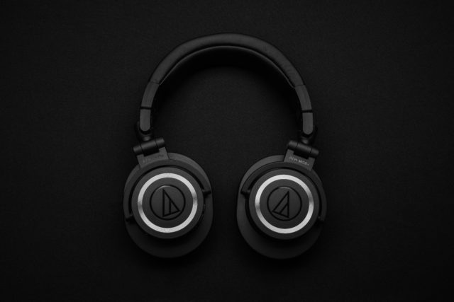 Czarne słuchawki bezprzewodowe