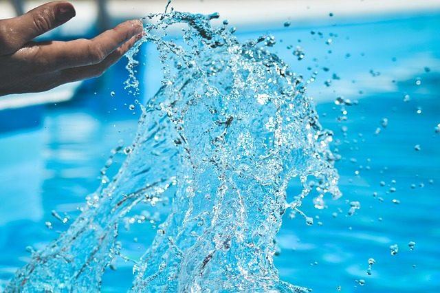 Człowiek chlapiący wodą z basenu
