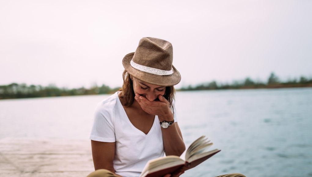 Dziewczyna czytająca książkę Przyjaciele. Ten o najlepszym serialu na świecie