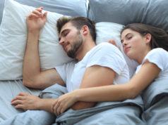 Para śpiąca spokojnie na materacu w pościeli