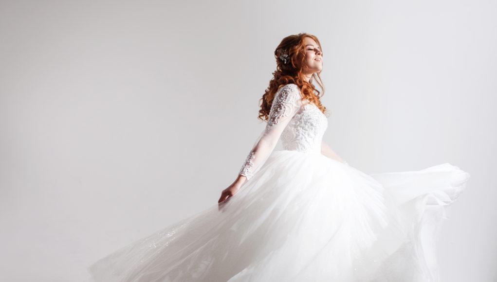 Ruda kobieta w sukni ślubnej