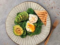 Jajko w koszulce na szpinaku z awokado i tostem
