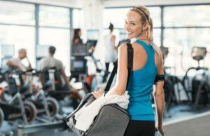 Kobieta z torbą sportową na siłowni