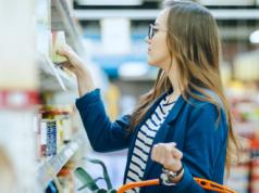 Dziewczyna robiąca zakupy w markecie