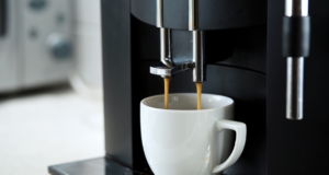 ekspres do kawy robiący espresso